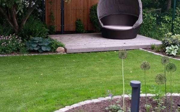 Moderne Terrasse mit Wasserbecken und Wasserwand
