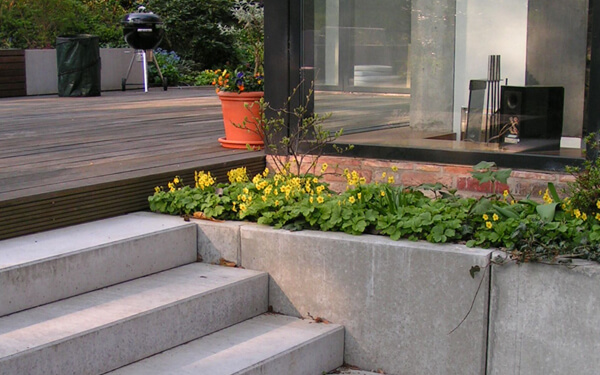 Moderner Garten mit Höhenunterschieden